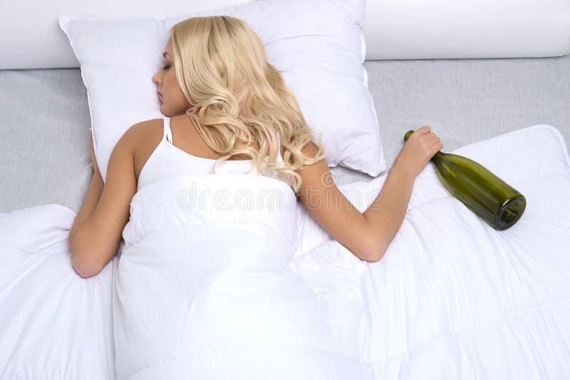Kłamać na łóżku fotografia stock
