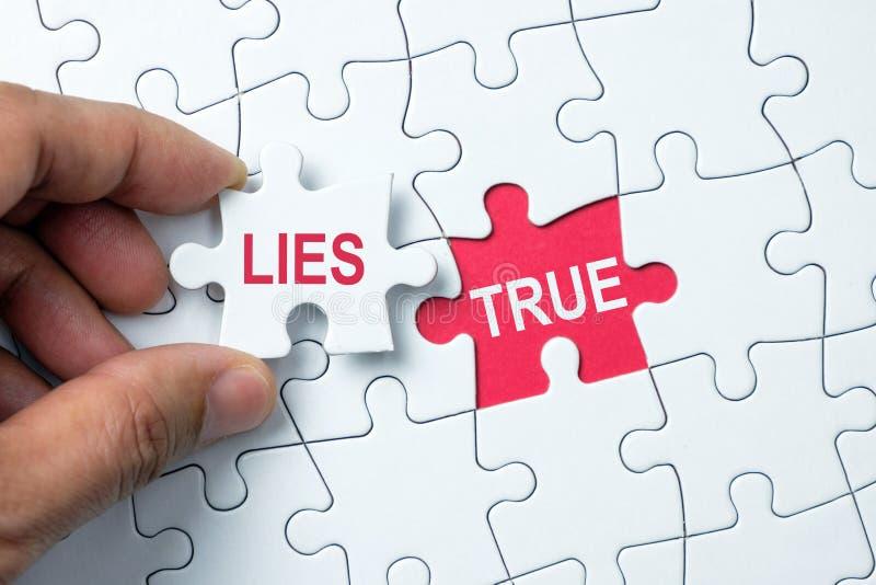 Kłamstwa i prawdziwy konceptualny zdjęcia royalty free