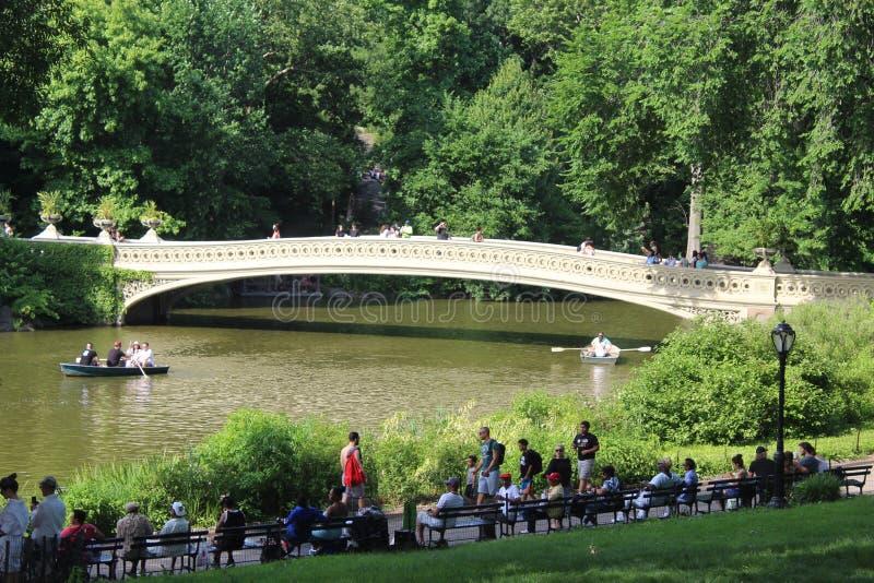 Kłania się most romantyczny most w central park Nowy Jork obraz stock