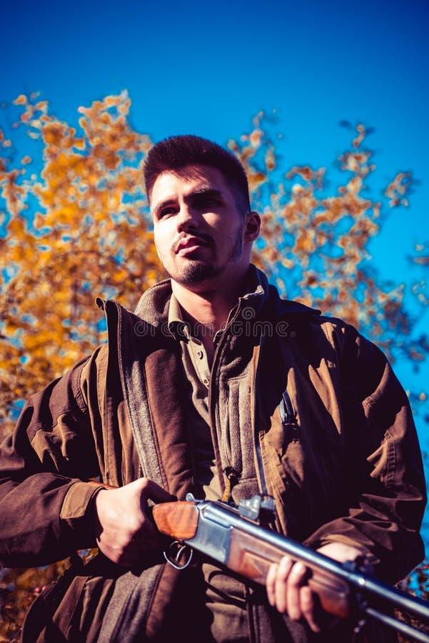 Kłusownik z Karabinowym cętkowaniem Niektóre Deers Bezprawny Łowiecki kłusownik w Lasowym myśliwym z flinta pistoletem na polowan obrazy royalty free