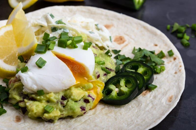 Kłusujący jajka i guacamole kumberland na mąki tortilla zdjęcia royalty free