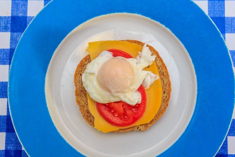 Kłusujący jajko na brown chlebie obraz stock