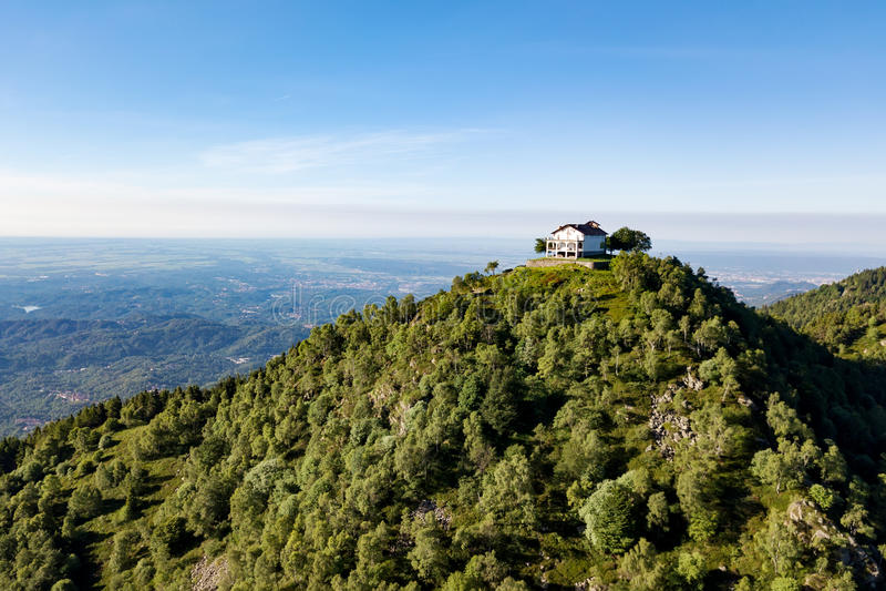 4K意大利山教会的鸟瞰图 意大利阿尔卑斯,特里韦罗,皮耶蒙特,意大利 免版税库存照片