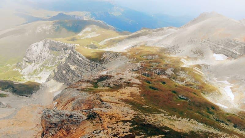 4K _ Πτήση στα βουνά όπως το πουλί μέσω των σύννεφων πέρα από τους βράχους στοκ εικόνες