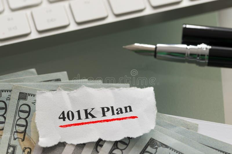 401k σχέδιο αποχώρησης με τα αμερικανικά δολάρια μετρητών στο γυαλί table στοκ εικόνα