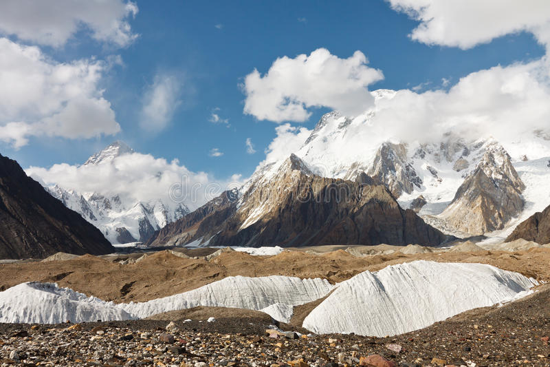 K2 и обширный пик в горах Karakorum стоковое изображение