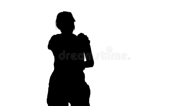 Γυναίκα κατασκευής σκιαγραφιών που γελά σε κάποιο πίσω από τη κάμερα ελεύθερη απεικόνιση δικαιώματος