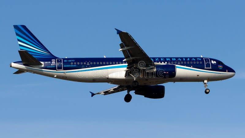 4K-AZ77 Azerbaijan Airlines, Airbus A320-200 imagenes de archivo