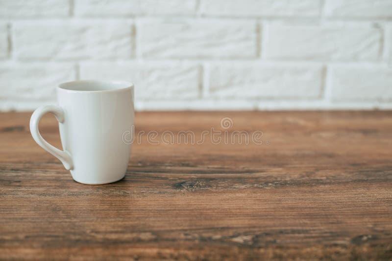 K?che Eine Schale auf einem Holzstuhl stockfotos