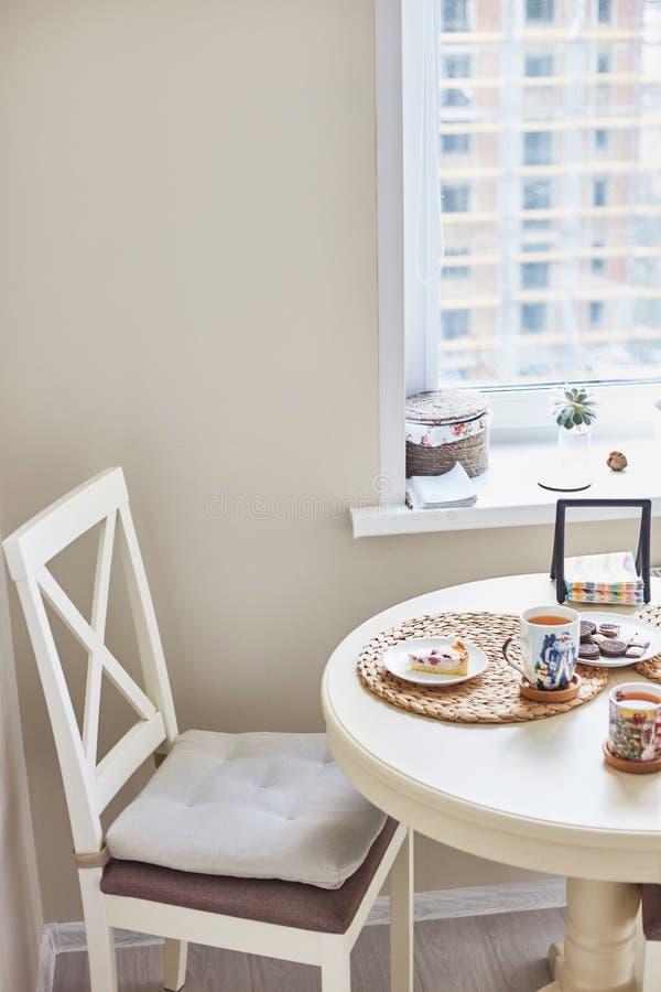 K?chenbereich Holztisch und Stuhl Nahaufnahme der h?lzernen Tabelle der Weinlese und der sch?nen Platte lizenzfreie stockfotografie