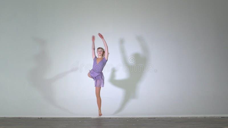 4k - Den attraktiva ballerinadansen och utför den isolerade piruetten arkivbild