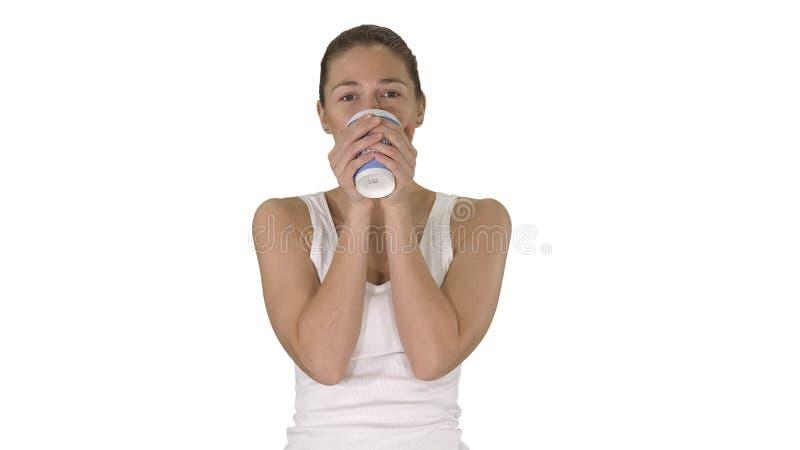 轻松的在白色背景的妇女饮用的咖啡 免版税库存图片