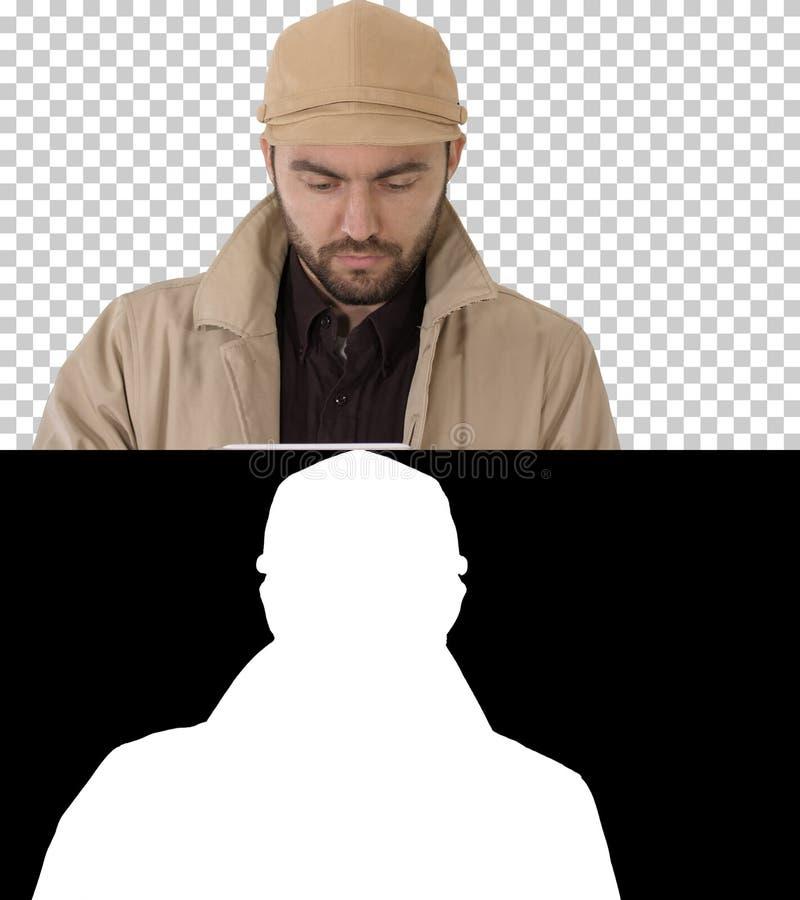 Сторона красивого человека используя цифровой планшет, канала альфы стоковые фото
