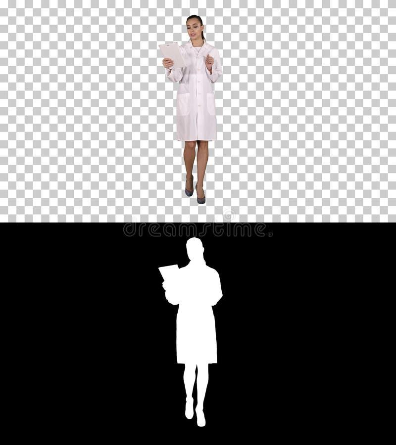医学、药房、人、医疗保健和药理概念-有平板电脑的走微笑的女性的医生和 免版税图库摄影
