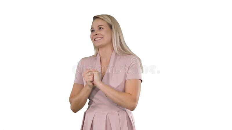 Женщина в пинке говоря с камерой на белой предпосылке стоковые изображения rf