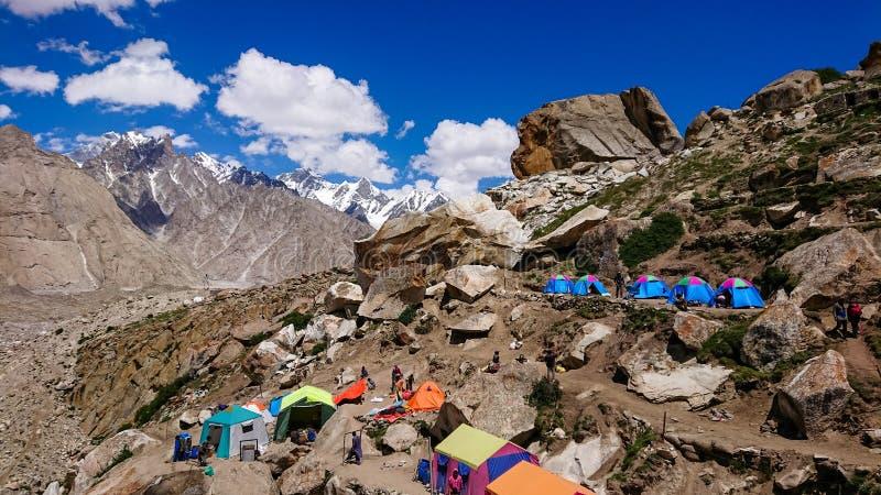 K2 e pico largo de Concordia nas montanhas de Karakorum fotografia de stock
