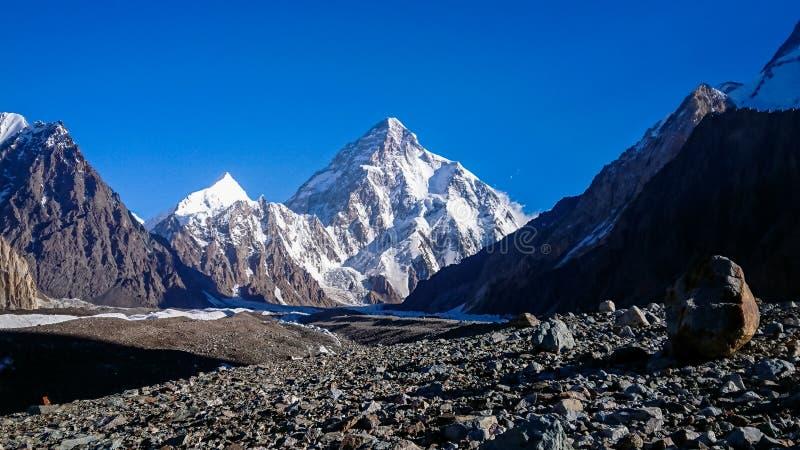 K2 hermosos y el pico amplio de Concordia en el pico de montaña de PakistanMitre de las montañas de Karakorum en Concordia acampa foto de archivo libre de regalías