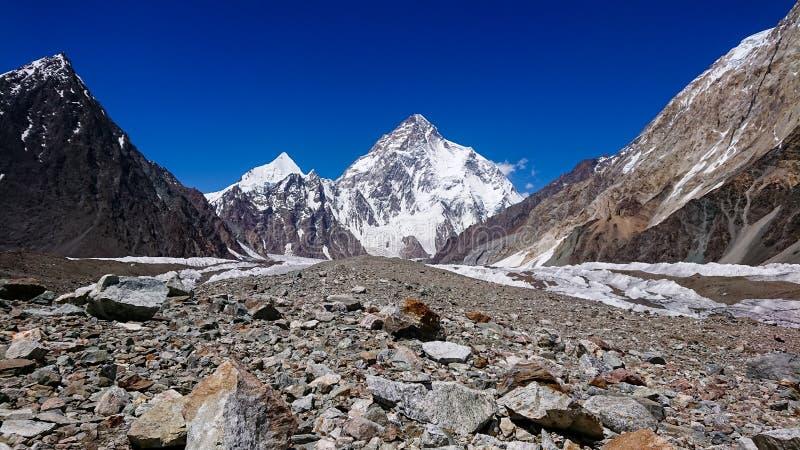K2 hermosos y el pico amplio de Concordia en el pico de montaña de PakistanMitre de las montañas de Karakorum en Concordia acampa fotos de archivo