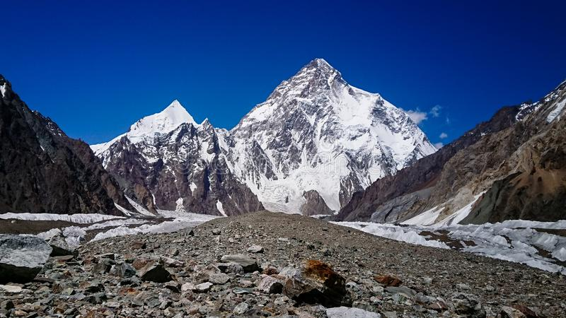 K2 hermosos y el pico amplio de Concordia en el pico de montaña de PakistanMitre de las montañas de Karakorum en Concordia acampa imágenes de archivo libres de regalías