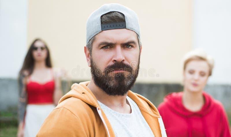 K?hler Hippie B?rtige Hippie-Kappe des Mannes in Mode im Freien Grober Mann mit langen Bart und dem Schnurrbart Hippie-Straße stockfoto