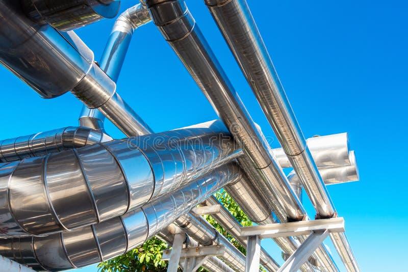K?hler-oder Dampf-Rohrleitung und Isolierung der Herstellung im ?l und in Gas industriell, petrochemische Wasserleitung an der Ra lizenzfreie stockfotos