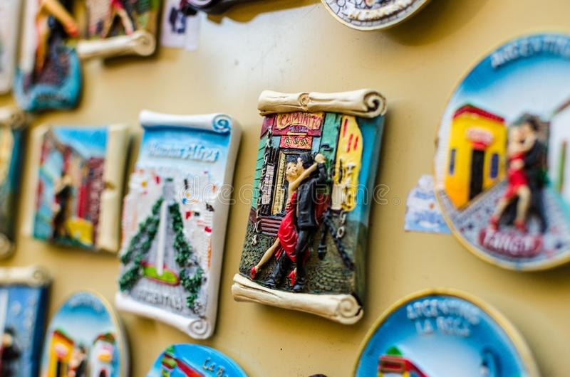 K?hlschrankmagneten mit traditionellen Tangot?nzern an einer Wochenendenmesse in Buenos Aires lizenzfreie stockfotografie