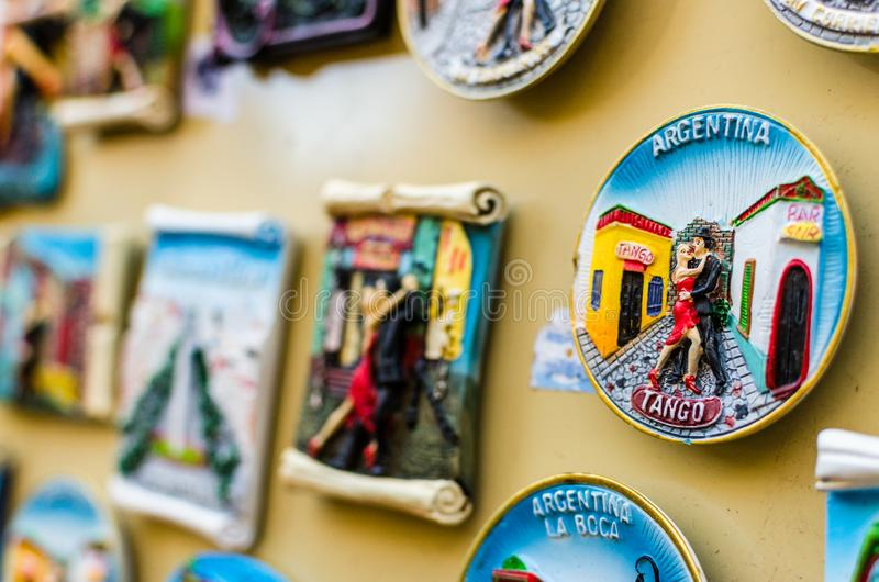 K?hlschrankmagneten mit traditionellen Tangot?nzern an einer Wochenendenmesse in Buenos Aires lizenzfreies stockfoto