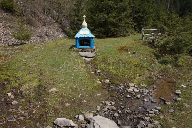 K?lla av dricksvatten i bergen ukraine arkivbilder