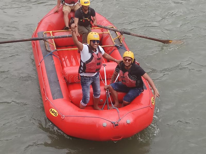 10 K M. Rafting lungo del fiume Divertimento immagini stock