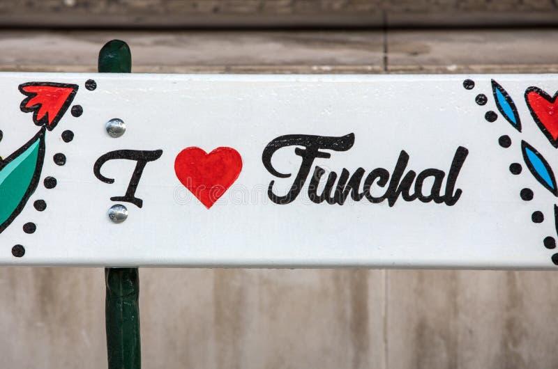 K?nstlerisch gemalte Holzbank auf Avenida Arriaga in Funchal Madeira, Portugal lizenzfreie stockbilder