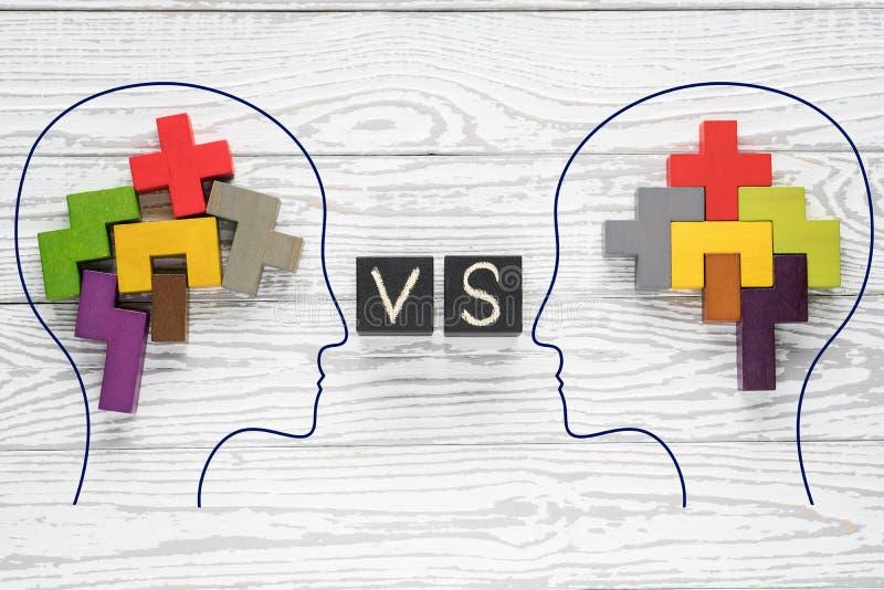 K?pfe von zwei Leuten mit bunten Formen des abstrakten Gehirns f?r Konzept der Idee und der Teamwork Zwei Leute mit dem unterschi stockfotografie