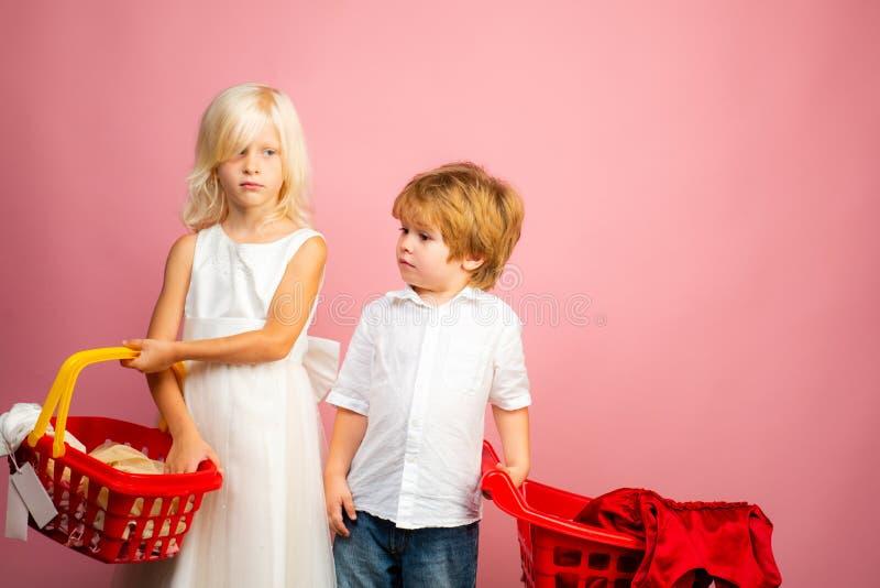 k?pprodukter Lek shoppar leken Gullig vagn f?r shopping f?r h?ll f?r k?parekundklient K?p med rabatt Flicka- och pojkebarn royaltyfri bild