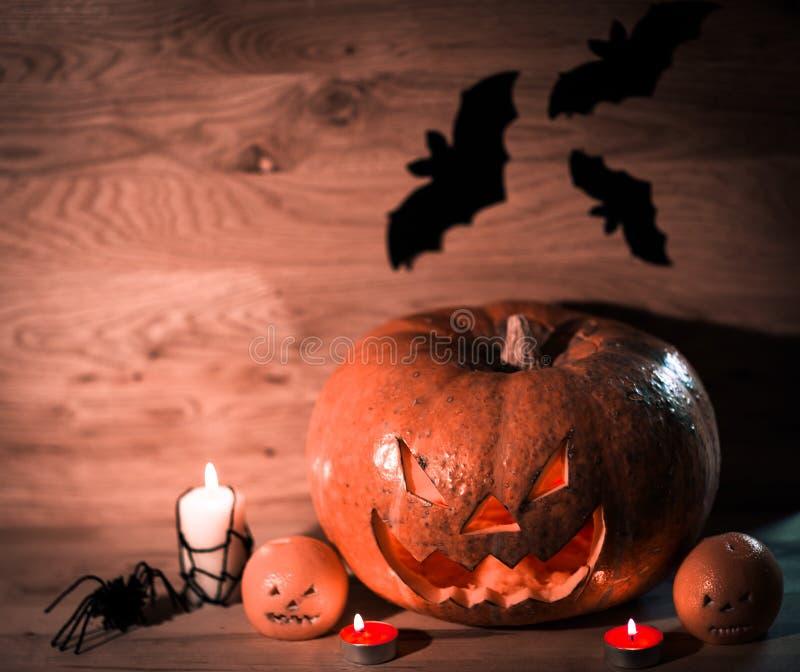 K?rbis f?r Halloween auf einem Holztisch stockfoto