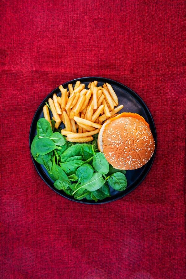 K?seburger - Burger des amerikanischen K?ses mit goldenen Pommes-Frites lizenzfreie stockbilder