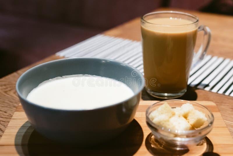 K?sesuppe in einer Kaffeestube mit Kaffee stockbilder