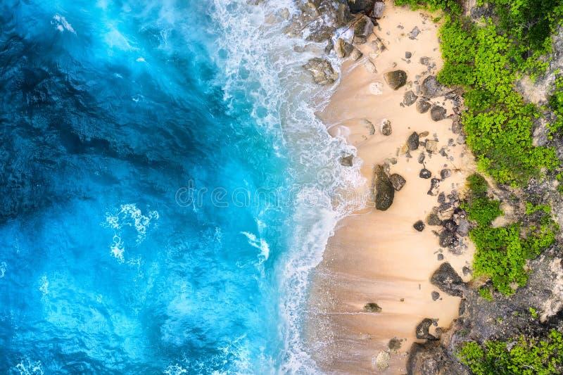 K?ste als Hintergrund von der Draufsicht T?rkiswasserhintergrund von der Draufsicht Sommermeerblick von der Luft Bali-Insel, Indo lizenzfreie stockfotos