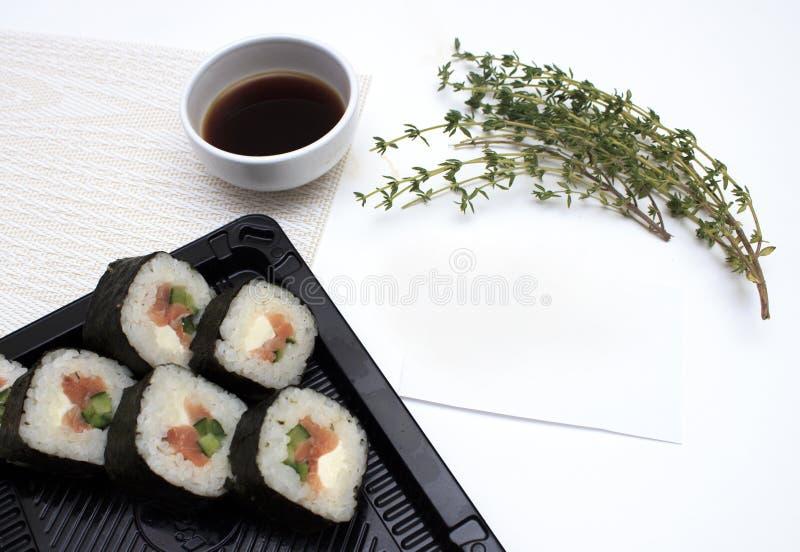 K?stliche frische Sushi mit Bl?ttern des Kopfsalates auf wei?em Hintergrund stockbilder
