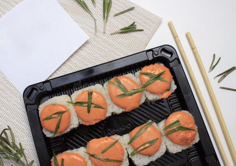 K?stliche frische Sushi mit Bl?ttern des Kopfsalates auf wei?em Hintergrund lizenzfreies stockfoto