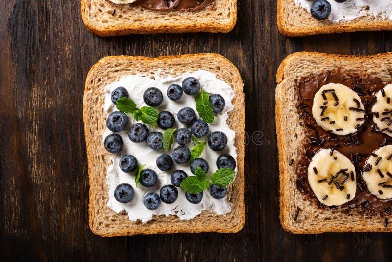 K?stliches offenes Sandwich mit Schokolade und Banane stockbilder