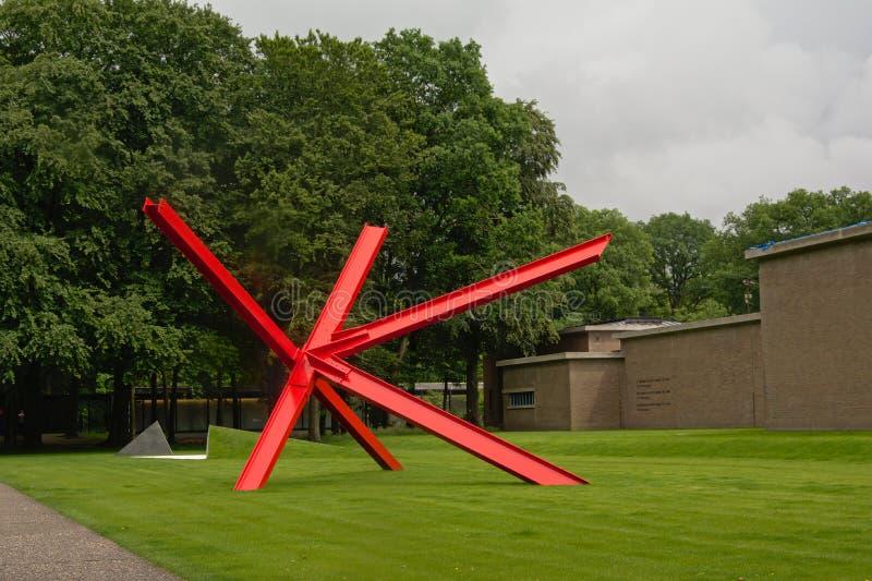 'K-stuk' beeldhouwwerk door Mark di Suvero in Sculpturepark bij kroller-Muller Museum/Nederland stock afbeelding