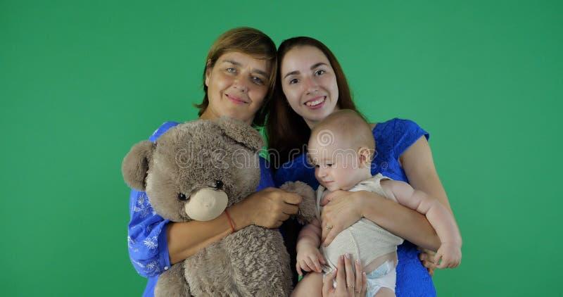 4k - una famiglia felice della generazione 3 di donna sullo schermo verde fotografie stock libere da diritti