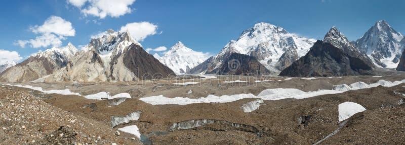K2- und Karakorum-Spitzen-Panorama bei Concordia, Pakistan lizenzfreies stockfoto