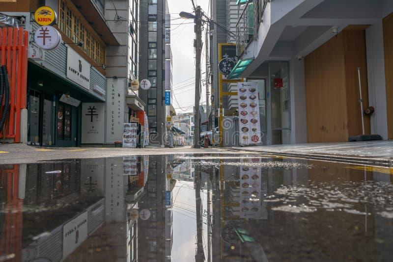 Kałuży odbicie hongdae alleyway zdjęcie royalty free