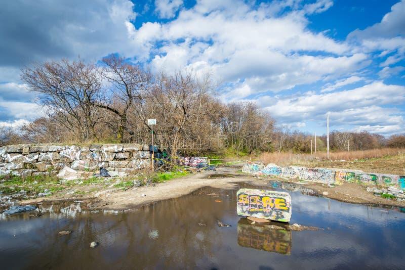 Kałuża i ślad graffiti molo w Filadelfia, Pennsylwania obraz stock