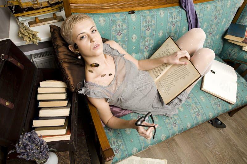 Każdy jego swój karakany, piękno dziewczyna wśród książek zdjęcia stock