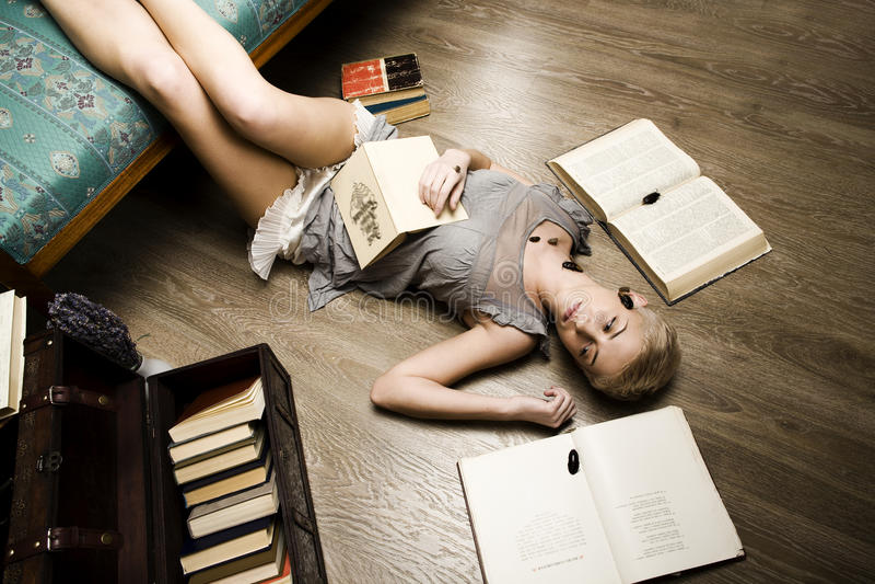 Każdy jego swój karakany, piękno dziewczyna wśród książek obraz stock