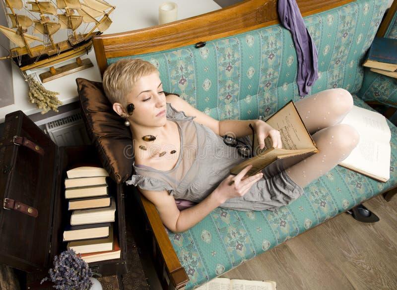 Każdy jego swój karakany, piękno dziewczyna wśród książek obraz royalty free