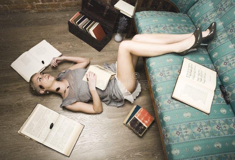 Każdy jego swój karakany, piękno dziewczyna wśród książek zdjęcia royalty free