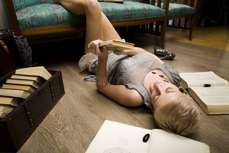 Każdy jego swój karakany, piękno dziewczyna wśród książek fotografia stock