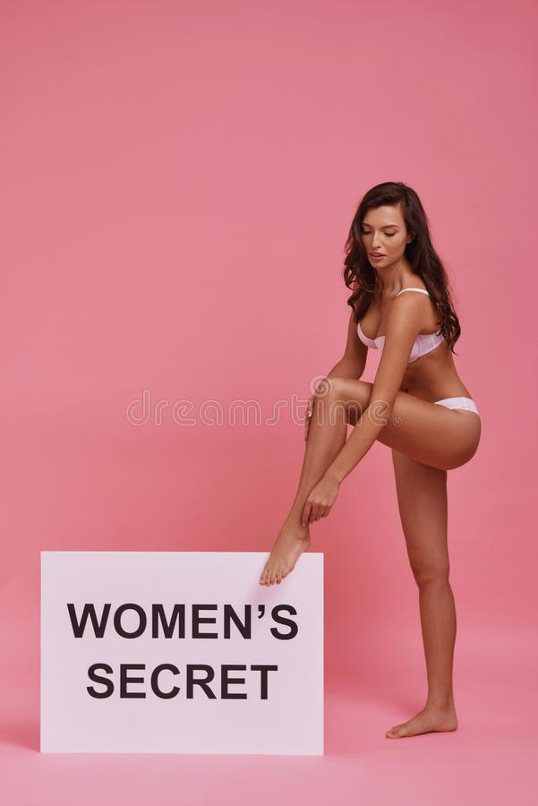 Każdy kobieta jest tajemnicą Pełna długość atrakcyjna młoda kobieta obrazy stock